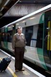 Homem maduro na estação de comboio fotografia de stock