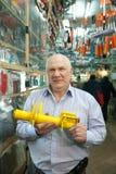 Homem maduro na loja das peças de automóvel Imagem de Stock
