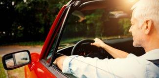Homem maduro que conduz o cabriolet Fotografia de Stock Royalty Free