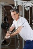 Homem maduro que dá certo no fitness center Fotografia de Stock