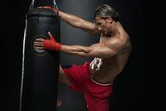 Homem maduro que exercita o encaixotamento do saco no estúdio Fotos de Stock Royalty Free