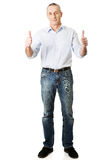 Homem maduro que gesticula o sinal aprovado Fotografia de Stock Royalty Free