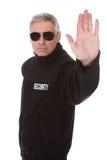 Homem maduro que gesticula o sinal da parada Fotografia de Stock