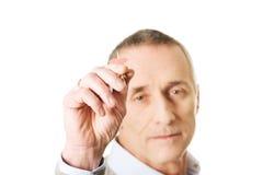Homem maduro que joga dardos Fotos de Stock Royalty Free