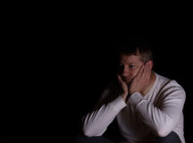 Homem maduro que mostra a depressão com fundo escuro Fotografia de Stock Royalty Free