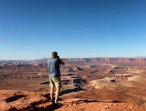 Homem maduro que toma fotos de Grand Canyon durante o verão agradável imagens de stock royalty free