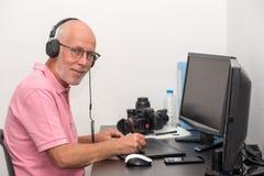 Homem maduro que trabalha em sua tabuleta de gráficos fotografia de stock royalty free