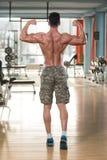 Homem maduro rasgado no fitness center moderno fotografia de stock royalty free