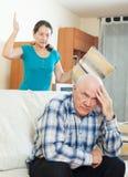 Homem maduro virado contra a mulher irritada Fotografia de Stock