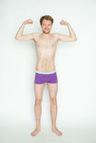 Homem magro que mostra os músculos Imagens de Stock