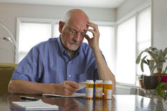 Homem mais idoso com as medicamentações da prescrição, horizontais Fotografia de Stock Royalty Free