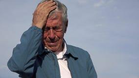 Homem mais idoso com dor de cabeça ou febre foto de stock