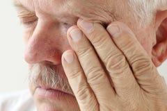 Homem mais idoso com olhos cansados foto de stock