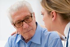 Homem mais idoso de consolação Fotos de Stock Royalty Free