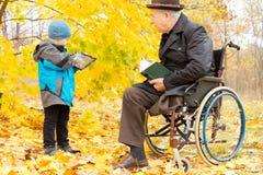 Homem mais idoso deficiente com o um pé amputado Fotografia de Stock Royalty Free