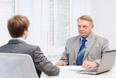 Homem mais idoso e homem novo que tem a reunião no escritório Fotos de Stock Royalty Free