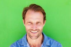 Homem mais idoso feliz que sorri contra o fundo verde Imagens de Stock Royalty Free