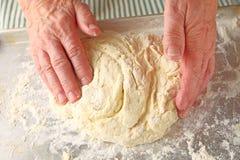 Homem mais idoso que prepara a massa do biscoito Imagem de Stock