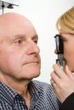 Homem mais idoso que tem a examinação de olho fotografia de stock royalty free