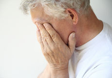 Homem mais idoso superado com depressão ou emoções imagens de stock royalty free