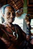 Homem mais idoso tribal que tem um resto durante a tarde ao apreciar um ci fotos de stock