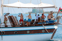 HOMEM, MALDIVAS 9 DE FEVEREIRO DE 2013: Barco de madeira clássico velho sem as velas na água aberta Vista no navio de navigação b Imagem de Stock Royalty Free