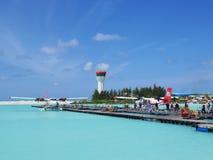 HOMEM, MALDIVAS - 14 DE JULHO DE 2017: Turistas que preparam-se para obter em um hidroavião no terminal masculino do hidroavião Fotos de Stock Royalty Free