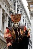 homem mascarado como um bobo da corte da corte para o carnaval de Veneza imagens de stock royalty free