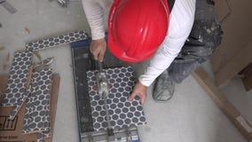 Homem mestre com parte protetora do corte do capacete de telha com ferramenta especial video estoque