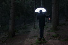 Homem misterioso e o guarda-chuva da iluminação imagem de stock royalty free