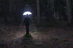 Homem misterioso e o guarda-chuva 2 da iluminação foto de stock royalty free