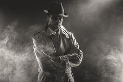 Homem misterioso que espera na névoa fotografia de stock