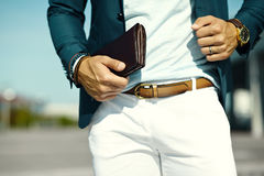 Homem modelo considerável no terno ocasional de pano com acessórios Imagem de Stock