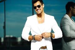 Homem modelo considerável no terno ocasional nos óculos de sol Imagens de Stock Royalty Free