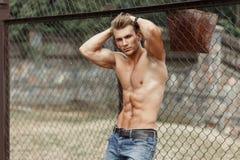 Homem modelo da aptidão com um corpo saudável bonito com músculos foto de stock