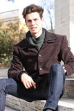 Homem modelo novo que senta-se nas etapas de mármore Fotos de Stock Royalty Free