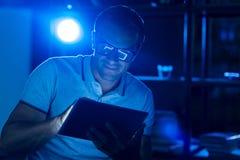 Homem motivado carismático que trabalha na noite imagens de stock