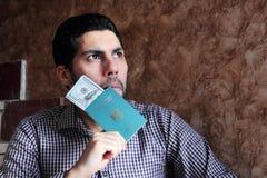 Homem muçulmano árabe com o passaporte de Egito com dinheiro fotografia de stock royalty free