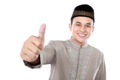 Homem muçulmano asiático de sorriso que mostra o polegar acima imagem de stock royalty free