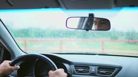 Homem muçulmano no carro no assento do ` s do motorista Vista dentro do carro filme