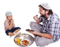 Homem muçulmano novo e seu filho fotos de stock royalty free