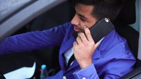 Homem muçulmano que conduz o carro e a posição no engarrafamento vídeos de arquivo