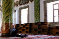 Homem muçulmano que dorme em uma mesquita em Trabzon imagens de stock royalty free