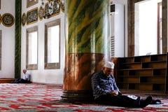 Homem muçulmano que dorme em uma mesquita em Trabzon fotos de stock