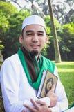 Homem muçulmano que guarda o Al-Corão Fotos de Stock