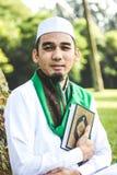 Homem muçulmano que guarda o Al-Corão Fotos de Stock Royalty Free