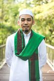 Homem muçulmano que guarda o Al-Corão Imagem de Stock