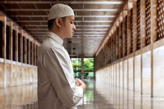 Homem muçulmano que Praying Imagens de Stock