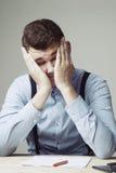 Homem muito cansado e deprimido no trabalho de escritório Salário baixo, sobre Fotos de Stock Royalty Free
