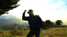 Homem muito feliz, sentimento bom, mostrando sim o sinal Estar na parte superior das montanhas Realização do sucesso imagem de stock